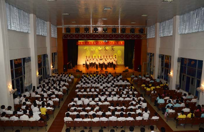 为庆祝中国共产党建党90周年,我校于5月27日晚和28日晚分别在校本部和塔岭两个校区隆重举行庆祝建党90周年颂歌献给党暨第七届感恩的心励志歌曲合唱比赛。 这次比赛按班级为单位参赛,共有54个班级代表队(包括定安职中)参加比赛。每班参赛歌曲规定为两首,其中一首为必唱歌曲,另一首为自选歌曲。