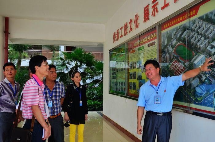10月25日下午,海南省商业学校一行15人来到我校,进行参观与交流。我校校长陈太荀热情接待,学生科林鸿伟科长、叶进军副科长陪同参观。 此次来访的客人都是长期处在学生管理一线的人员,他们对于我校的学生管理、班主任管理等制度甚是认同,来访的目的就是希望通过看、听、聊的方式深入了解我校的学生管理模式,学习好的经验做法。 接待中,陈太荀校长首先向来访的客人表示热烈欢迎,进而就我校的发展规划向他们作了简单的介绍。接着,在四楼的会议室内,我校陈太荀校长、学生科林鸿伟科长和叶进军副科长等陪同来访客人一起观看了我校的宣