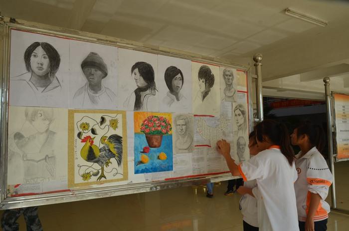 我校书法协会联合动漫社举办书画展览