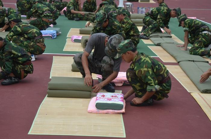 海南省工业学校新闻--我校新生报到工作顺利 新生入学